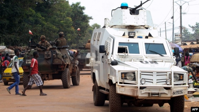 Police officers from the United Nations Multidimensional Integrated Stabilization Mission in the Central African Republic (MINUSCA) in an armored vehicle patrol a market in Bangui's Combattant district, Sept. 14, 2015.