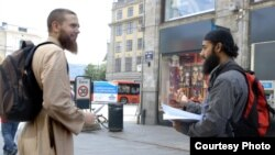 Ubaydullah Hussain recruits in the streets of Oslo. (Curry Films)