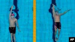 Райан Мерфи и Климент Колесников в финале мужского заплыва на 100 метров на спине на летних Олимпийских играх 2020 года, 27 июля 2021 года