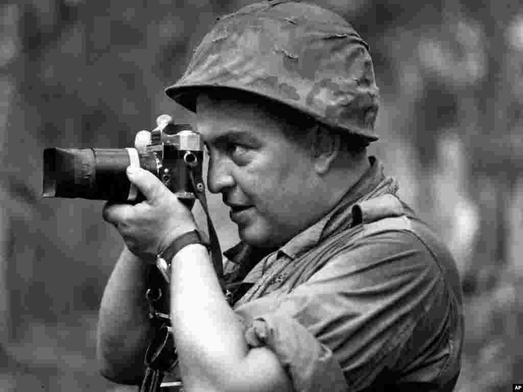 Faas tác nghiệp tại Việt Nam năm 1965. Ông đã vạch ra những tiêu chuẩn mới về cách tường trình chiến tranh bằng ống kính. (AP)