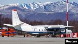 Pesawat An-26 Rusia dengan nomor ekor RA-26085 di Petropavlovsk-Kamchatsky, Rusia, dalam gambar selebaran tak bertanggal yang dirilis oleh Kementerian Darurat Rusia, 6 Juli 2021. (Kementerian Darurat Rusia/Handout via REUTERS)