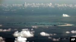 지난해 5월 하늘에서 내려다본 남중국해 스프래틀리 군도의 미스치프 환초. 매립 작업에 동원된 중국 선박들이 보인다. (자료사진)
