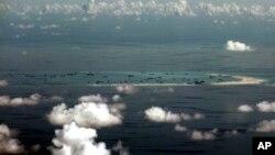 فضا سے لی گئی اس تصویر میں چین کی طرف سے میسچیف ریف پر بحالی کی سرگرمیوں کو دیکھا جا سکتا ہے۔ فائل فوٹو