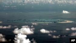 Bức ảnh được chụp qua cửa kính máy bay quân sự cho thấy Trung Quốc đã thực hiện các hoạt động bồi đắp tại Đá Vành Khăn trong quần đảo Trường Sa ở Biển Đông, ngày 11/5/2015.