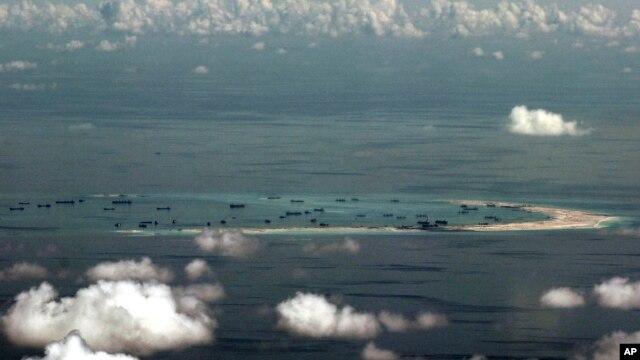 Ảnh chụp qua cửa sổ máy bay cho thấy các hoạt động xây dựng của Trung Quốc ở Biển Đông ngày 11/5/2015.