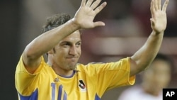 Mantan striker Juventus Alessandro Del Piero, melambai kepada penonton saat pertandingan amal di Kashima Stadium, Jepang (21/7/2012).