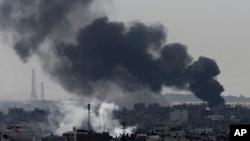 以色列攻擊加沙城東部,濃煙四起。2014年7月27日。
