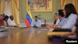 """En cadena de radio y televisión, Maduro firmó el decreto para """"neutralizar y derrotar la agresión externa"""" que, aseguró, se cierne sobre su país."""