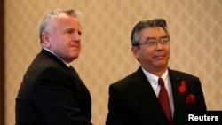 존 설리번 미국 국무부 부장관(왼쪽)이 17일 도쿄에서 스키야마 신스케 일본 외무성 사무차장과 회담했다.