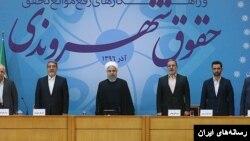 چند ماه پیش حسن روحانی در رونمایی از منشور حقوق شهروندی گفته بود دست وزیر ارتباطات روی دکمه فیلترینگ نخواهد رفت.