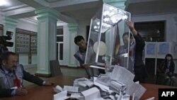 Nhân viên của Ủy ban bầu cử làm việc tại một địa điểm bỏ phiếu ở Osh, miền nam Kyrgyzstan, ngày 10/10/2010