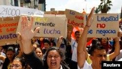 Những người ủng hộ phe đối lập biểu tình chống chính phủ của Tổng thống Venezuela Nicolas Maduro tại Caracas, 12/2/2014
