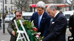 16일 미국의 존 케리 국무장관(왼쪽)이 로랑 파비우스 프랑스 외무장관과 함께 지난주 테러 공격을 받은 현장에 들러 헌화하고 있다.