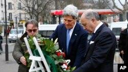 រដ្ឋមន្រ្តីការបរទេសអាមេរិកលោក John Kerry ដាក់កម្រងផ្កាជាមួយរដ្ឋមន្រ្តីការបរទេសបារាំងលោក Laurent Fabius នៅកន្លែងមួយដែលរងការវាយប្រហារភេរវកម្មនៅក្រុងប៉ារីស។