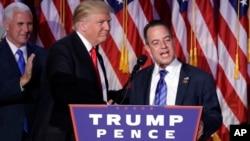 2016年11月9日,當選總統川普(左)與共和黨全國委員會主席萊因斯·普里伯斯在紐約選舉之夜的集會上。
