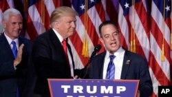 Tổng thống đắc cử Donald Trump, trái, và Chủ tịch Ủy ban Quốc gia đảng Cộng hòa Reince Priebus trong cuộc mít tinh đêm bầu cử ở New York, 9/11/2016.