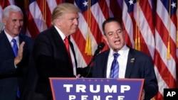 Presiden-terpilih Donald Trump (tengah) bersama Reince Priebus (kanan) disaksikan oleh Wapres terpilih Mike Pence (foto: dok).