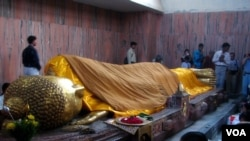Tượng Phật Nhập Diệt trong chùa Niết Bàn (Mahaparinirvana Temple). (Hình: Tước Nguyễn)