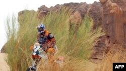 Le motard italien Fabrizio Meoni négocie un passage près de la roche percée, le 10 janvier 2002, (Mauritanie).