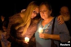 چرچ فائرنگ میں ہلاک ہونے والوں کی یاد میں سوگوار شمعیں روشن کر رہے ہیں۔ 6 نومبر 2017