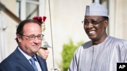 Le président français François Hollande, à gauche, salue son homologue du Tchad Idriss Deby Itno, avant une réunion à l'Elysée à Paris, 20 août 2016.