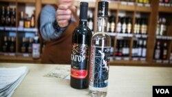 Vodka yang dijual di sebuah toko di Inggris. (VOA/Vera Undritz)