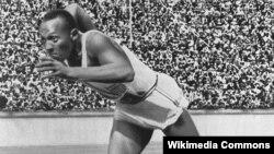 지난 1936년 열린 베를린 올림픽의 남성 200미터 계주에 출전한 제시 오언스 선수(Jesse Owens: 1913-1980)가 출발선에서 달려나오고 있다.