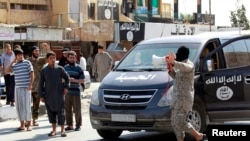 Un djihadiste de l'organisation Etat islamique à Tabqa, près de Raqa, le 24 août 2014. (REUTERS/Stringer)