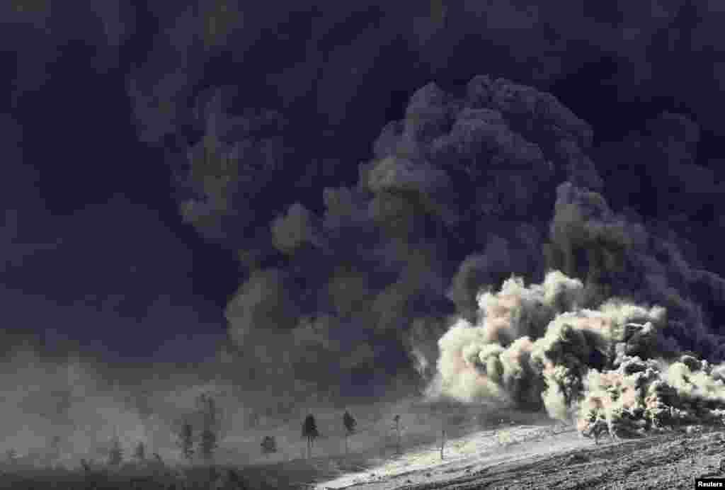 Gunung Sinabung memuntahkan lava panas terlihat dari Desa Berastepu di Kabupaten Karo, Sumatra Utara.