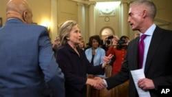Hillary Clinton estrecha la mano del presidente de la Comisión sobre Bengasi, Trey Gowdy, tras 11 horas de audiencia.