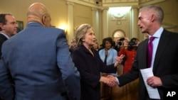 힐러리 클린턴 전 국무장관(왼쪽)이 22일 미 의회에서 열린 벵가지 특위 청문회 시작에 앞서 트레이 가우디 위원장과 악수하고 있다.
