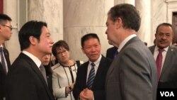 台湾候任副总统赖清德(左)与美国无任所国际宗教自由大使布朗贝克握手寒暄(2020年2月4日)