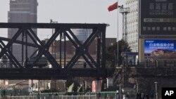 북한 접경 도시 중국 단둥과 북한 신의주를 연결하는 '중조우의교' 위를 트럭이 지나고 있다. 단둥 쪽 입구에서 촬영한 사진. (자료사진)