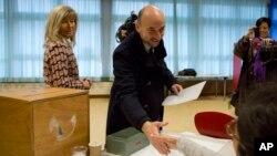 Lãnh đạo Đảng Xã hội Etienne Schneider tại một địa điểm bầu cử ở Luxembourg, ngày 20/10/2013.