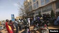 Longa fila de Malianos à espera para levantarem dinheiro numa caixa multi-banco em Bamako