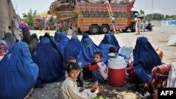 پشاور کے نزدیگ اقوام متحدہ کے ادارہ برائے مہاجرین کے ایک رجسٹریشن مرکز کے باہر تصویر۔