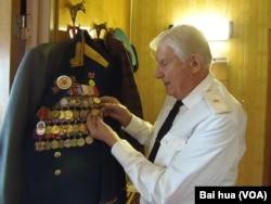 舒德洛展示一枚因为出兵东北获得的勋章。
