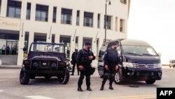 쿠바 경찰이 지난 7월 11일 반정부 시위에 맞서 수도 아바나 시내 주요 시설을 경비하고 있다.