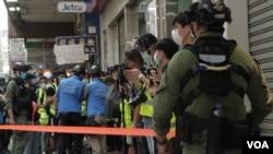 警方拉起封鎖線截查市民。