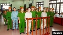 Gia đình nông dân Ðoàn Văn Vươn bị đưa ra xét xử tại Tòa án Nhân dân thành phố Hải Phòng, ngày 2/4/2013.