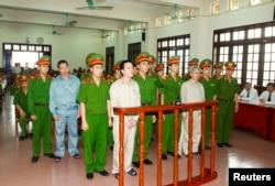 Ông Đoàn Văn Vươn và Đoàn Văn Quý ra trước tòa án Thành phố Hải Phòng, ngày 5 tháng 4, 2013