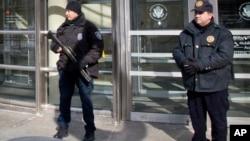 Polisi memperingatkan warga di Phoenix agar tidak keluar rumah, sementara mereka mengejar pelaku penembakan (foto: ilustrasi).