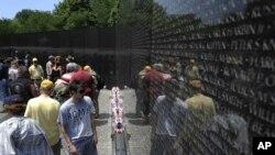 美國民眾星期天在陣亡將士紀念日前夕參觀越南戰爭紀念碑
