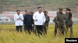 朝中社發布的這張圖片顯示,北韓領導人金正恩視察金化郡的重建地點。 (2020年10月1日)