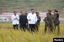 Pemimpin Korea Utara Kim Jong-un memeriksa lokasi rekonstruksi di Kabupaten Kimhwa, 1 Oktober 2020. (KCNA / via REUTERS)