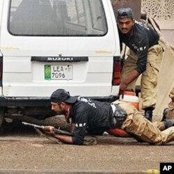 دہشت گردوں سے نمٹنے کے لیے پولیس اہلکار احمدیوں کی عبادت گاہ کے باہر پوزیشن سنبھالے ہوئے