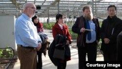 13년 동안 24차례 북한을 방문했던 네덜란드 우표수집상 빌렘 판 데어 베일 씨(오른쪽 두번째).