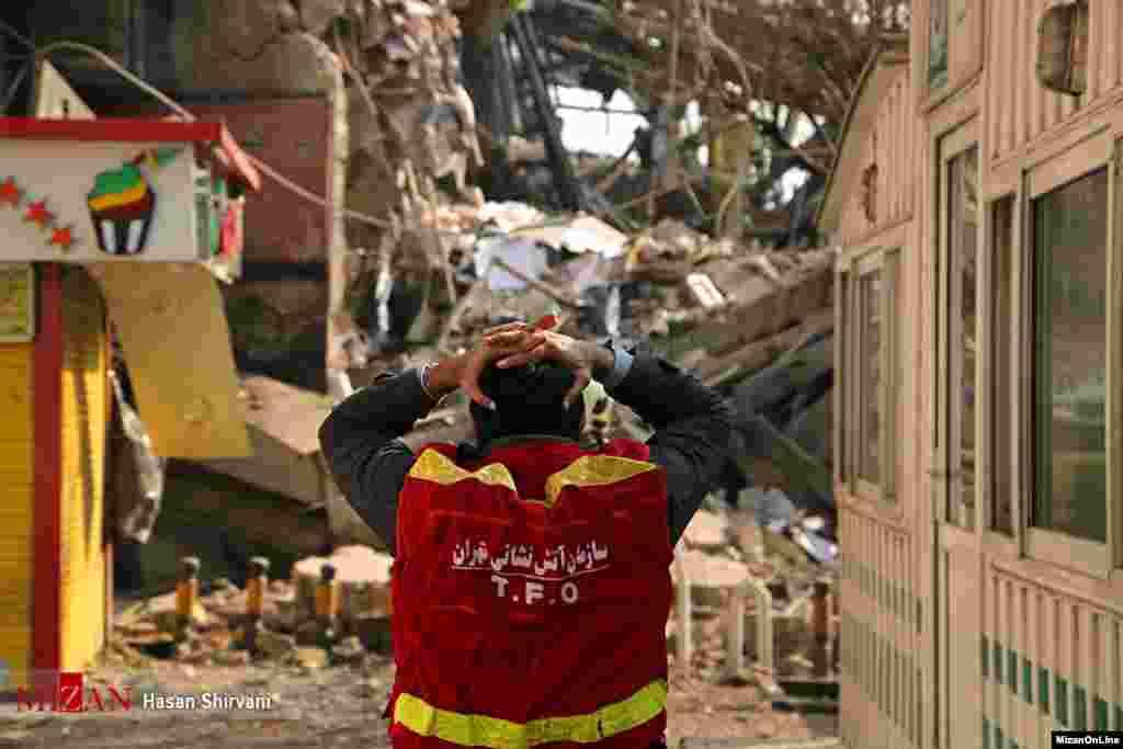 آتشنشانان مشغول مهار آتش سوزی ساختمان پلاسکو بودند که به ناگهان ساختمان فروریخت.