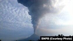 Gunung Soputan di Sulawesi Utara, erupsi sejak Minggu dini hari (16/12). Warga diminta waspada tetapi sejauh ini aktivitas masih normal (Courtesy: BNPB)