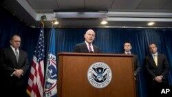 美国国土安全部部长约翰·凯利(中)、美国移民与海关执法局代理局长托马斯·霍曼(左)、海关和边防局代理局长凯文·麦卡利南(右二)与负责情报和分析的代理副部长戴维·格拉韦(右)举行记者会。(2017年1月31日)